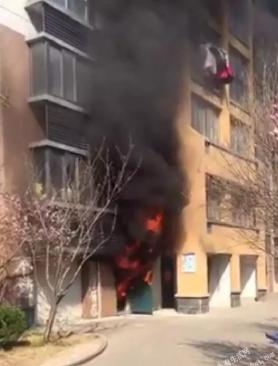 水岸名城一楼车库发生火灾,疑似电瓶车长时
