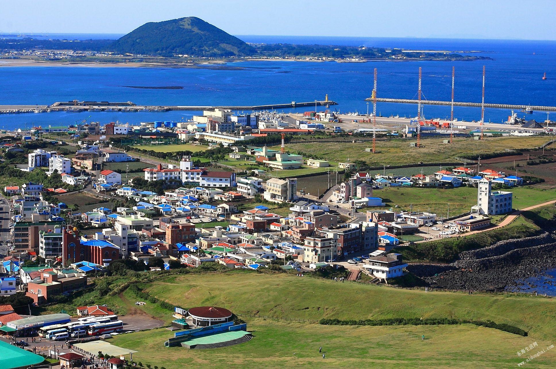 济州岛四面环海,气候宜人,风景秀丽.