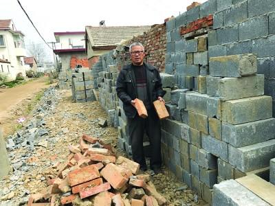 村民在宅基地边上盖猪圈被强拆 村干部却在农田建养鸡场