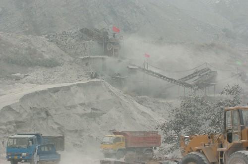 因安峰山矿区粉尘污染问题,安峰镇党委副书记、环保局安峰分局原局长被党内警告处分