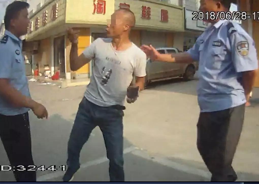 太嚣张!青湖一男子当街调戏妇女、打警察!此前曾三次入狱...