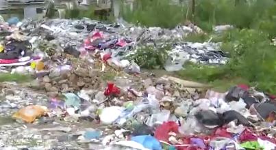 东海某小区被曝光!小区外垃圾成片,绵延百米污染严重