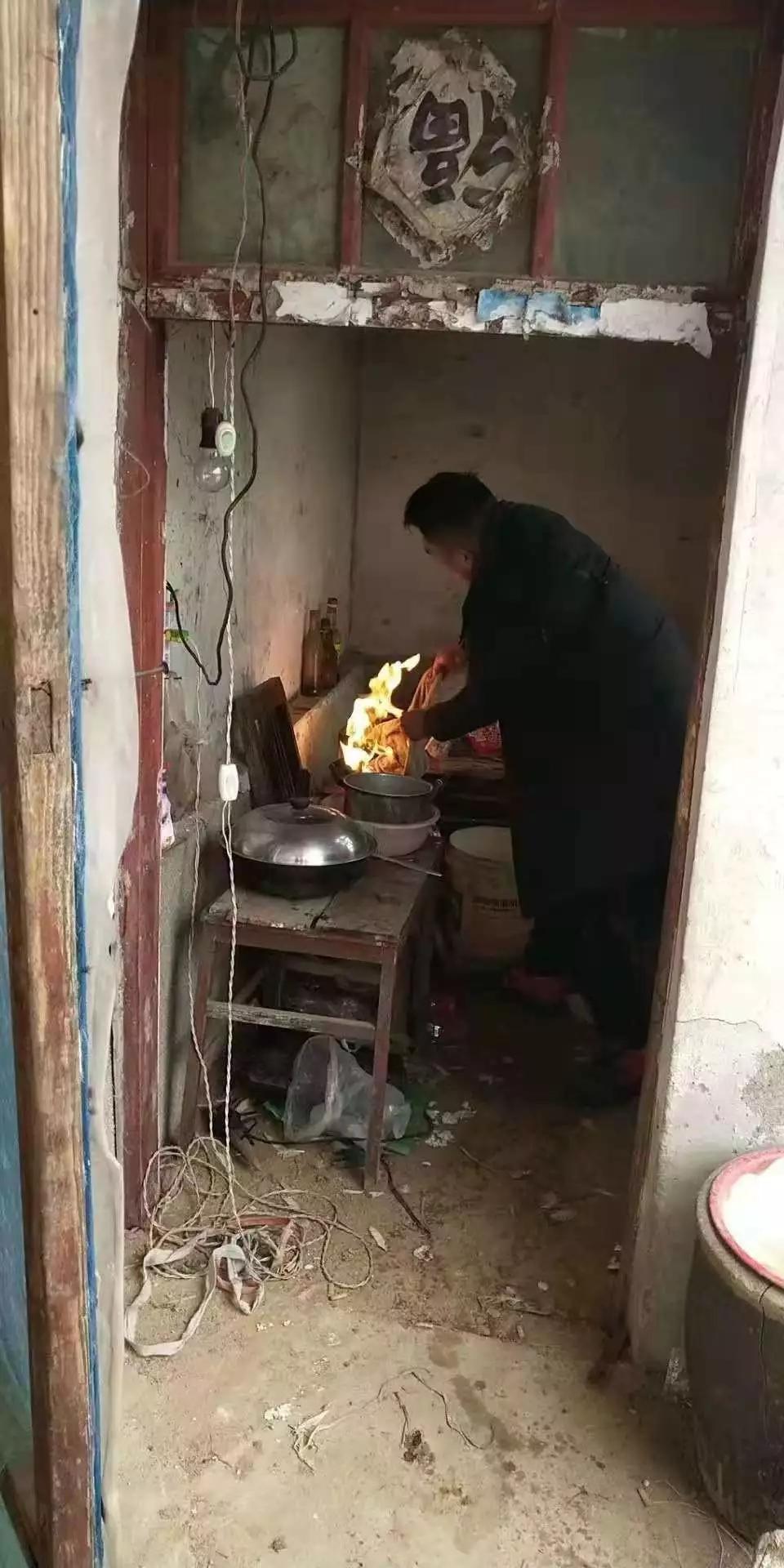 青湖一大爷在家做饭,结果不小心将厨房内的煤气罐点燃...