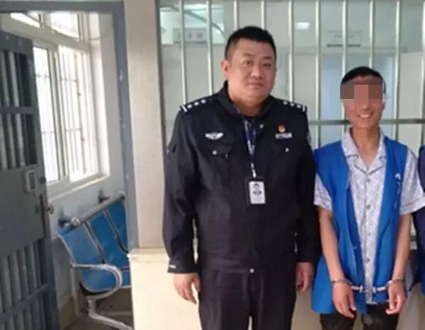 """东海一男子被拘留拍照时,""""笑""""的很开心,什么情况?"""