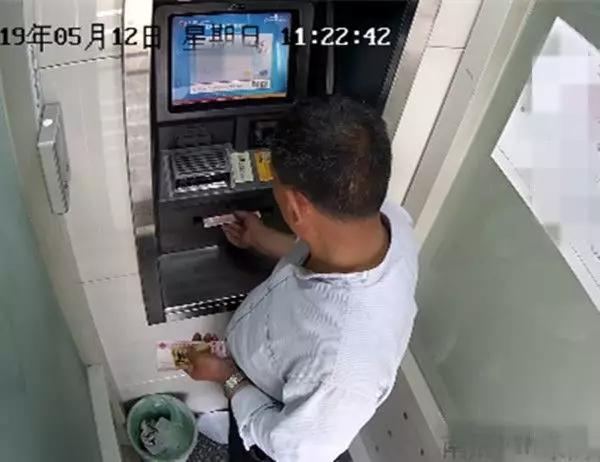 东海一男子在取款机前捡了张银行卡,竟然被他猜对密码!