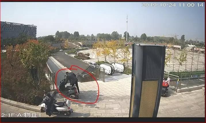 水晶城一店主手机被偷!监控拍下全过程!