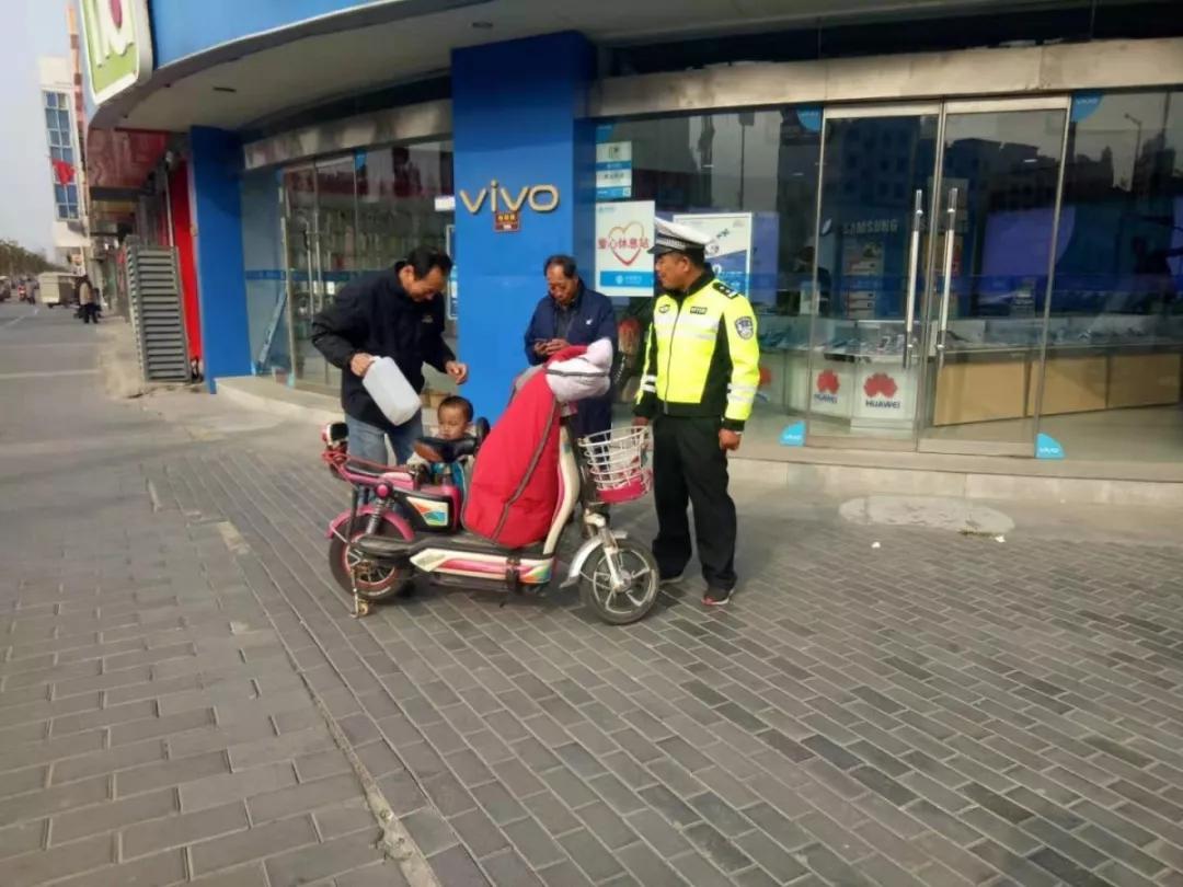 浙江小商品城一3岁男孩走失,大姨找来后,竟然说:我不要大姨,我就要警察叔叔