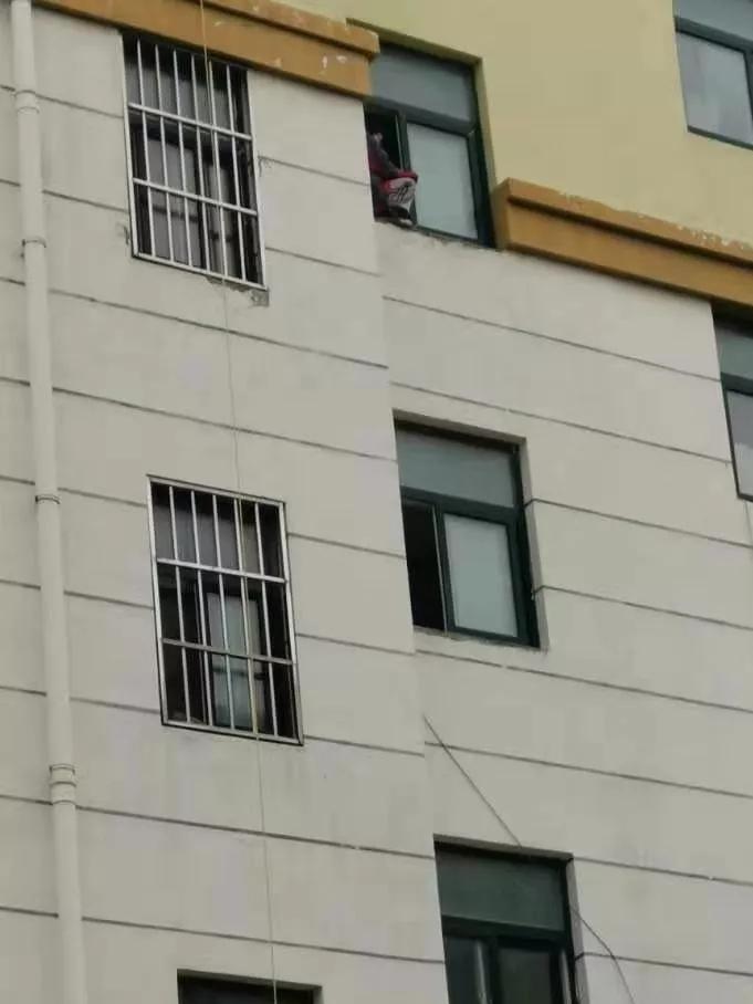 昨天上午!东海房山一女学生欲跳楼,竟然是因为学习压力较大~