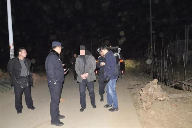 丟人,青湖一男子賣假牌照、假證給外地人,結果被外地警察當場抓捕,制假窩點發現...