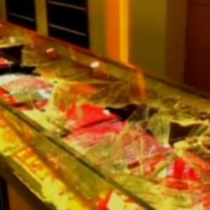 视频:5名男子光天化日持枪抢劫金饰店